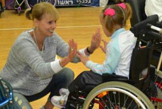 ילדה על כיסא גלגלים